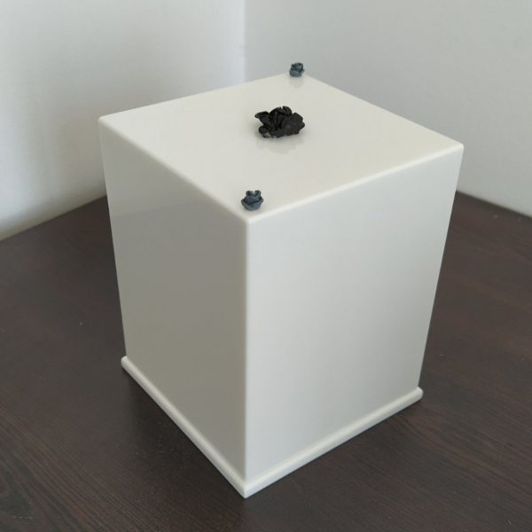 Урна за кремация от бял камък